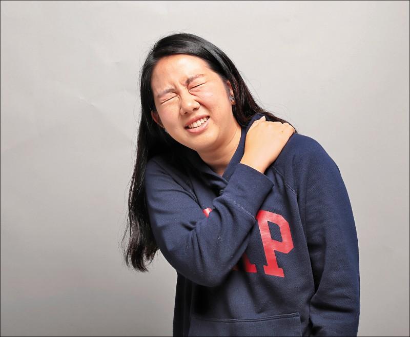 許多人以為舒緩五十肩的方法,就是多拉筋、多甩手,就可以改善症狀,不過,若是沒有醫師正確的指導,不僅無法舒緩,更可能造成情況惡化。(記者陳宇睿/攝影)
