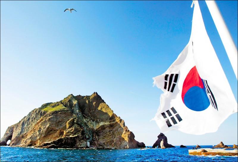 位於日本海(南韓稱東海)上、南韓鬱陵島以東的獨島(日本稱竹島)2005年4月4日時一景。該島礁群現由南韓實際行使管轄權,南韓海洋警察廳派員駐守。(路透檔案照)