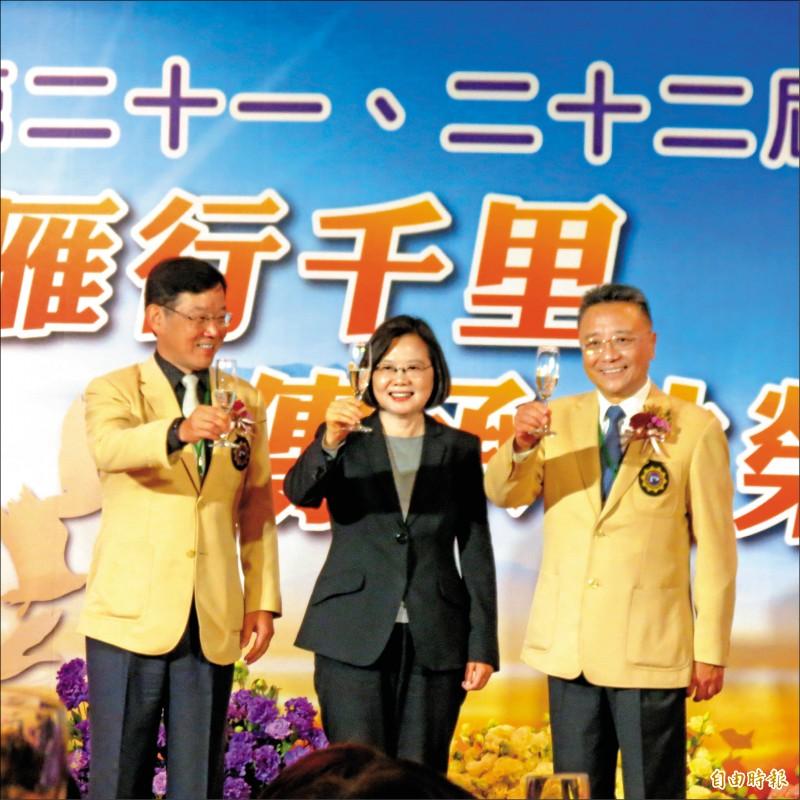 總統蔡英文昨出席磐石會新卸任會長交接,對企業界喊話,投資台灣是給台灣最大信心的來源。總統與卸任會長張經金(右)及新任會長林廷芳(左)向與會者致意。(記者蘇金鳳攝)