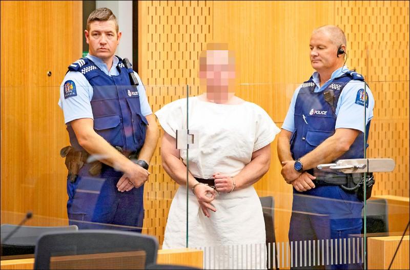 被控謀殺罪的塔倫,16日在紐西蘭基督城地方法院庭審時,擺出「白人力量」的手勢。(路透)