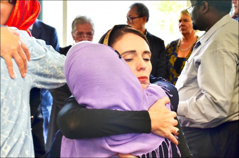 戴著黑色頭巾的紐西蘭總理阿爾登,十六日慰問濫射案的穆斯林倖存者與受害者家屬。(歐新社)