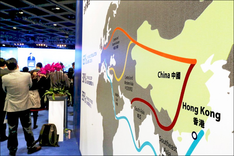 香港二○一六年一月十八日「亞洲金融論壇」會場上,展示一幅圖解中國「絲綢之路經濟帶(一帶)和二十一世紀海上絲綢之路(一路)」超大規模計畫的圖示。 (路透檔案照)