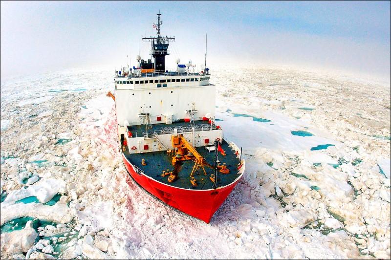 美國海岸防衛隊破冰船「希利號」,二○○六年七月廿二日在美國阿拉斯加州烏特恰維克市附近的北冰洋內破冰前進。 (美聯社檔案照)