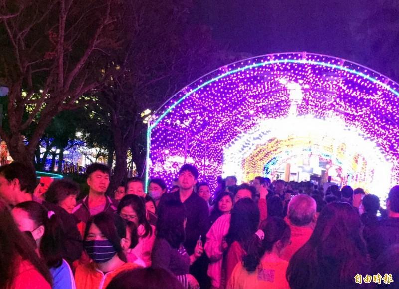 週六晚上,燈會時光隧道光廊,參觀人潮不斷。(記者蔡文居攝)