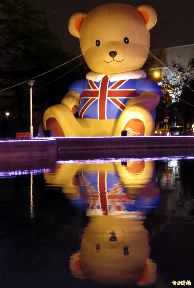 「池畔泰迪熊」為這次燈會的最大亮點,人氣紅不讓。(記者蔡文居攝)