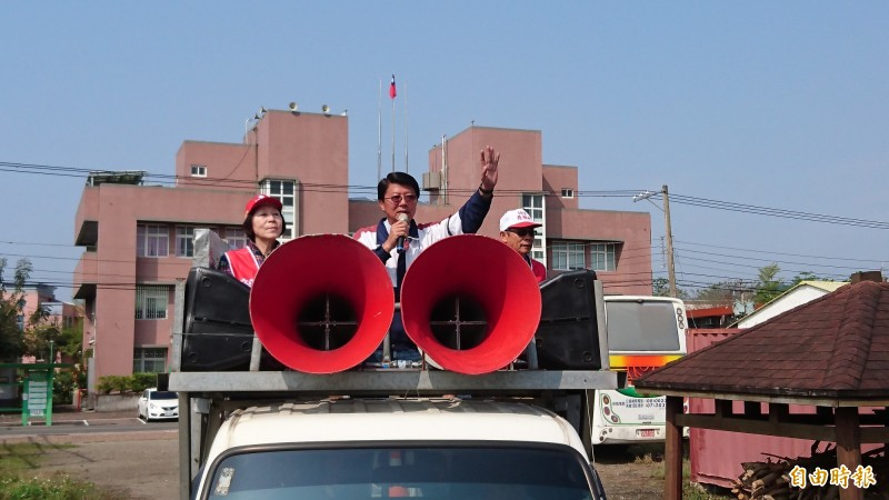 國民黨籍謝龍介從楠西出發謝票。(記者劉婉君攝)