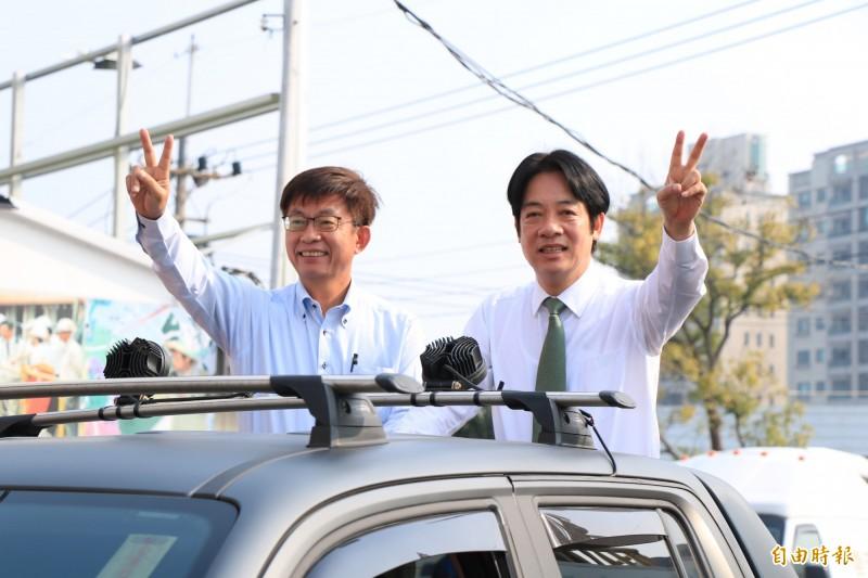 民進黨台南立委補選當選人郭國文(左)今在前行政院長賴清德(右)陪同下,以車隊遊行掃街謝票。(記者萬于甄攝)