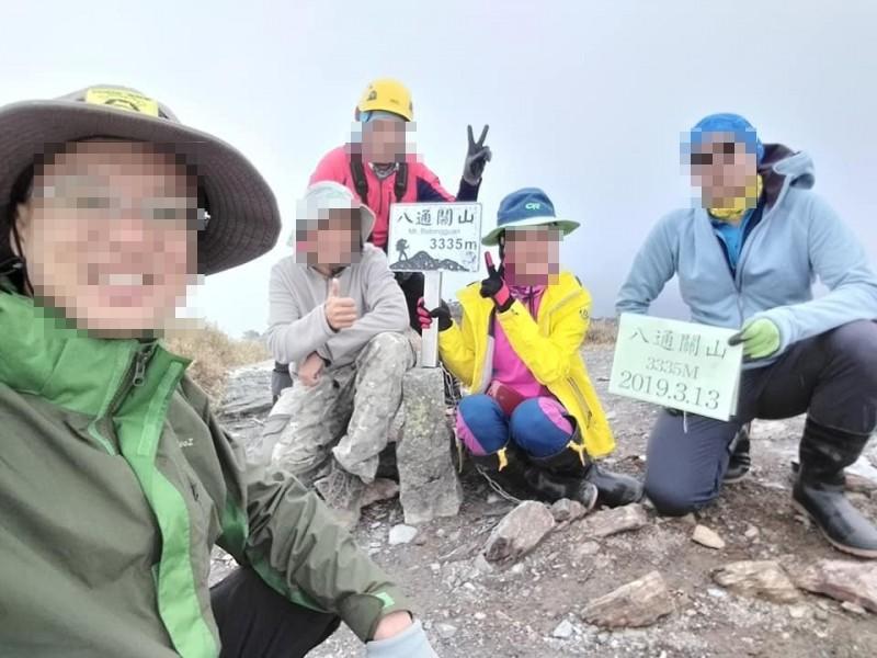 一行5人登山隊由南三段經驗豐富的王姓領隊(左一)帶隊,5人在第2天登上八通關山,留下歡樂的登頂照。(取自王姓領隊臉書)