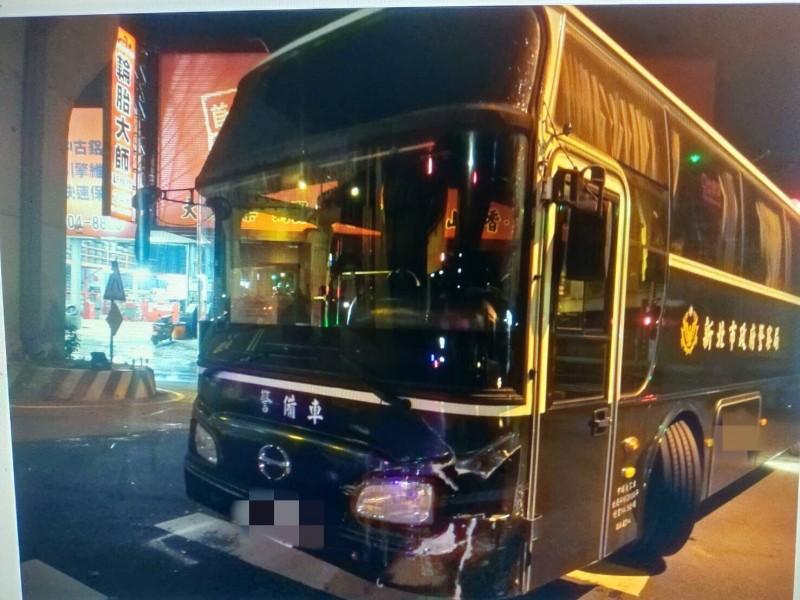 違規毀轉的警備車,車頭輕微毀損,所幸車上人員皆無受傷。備註:照片來源為三峽分局。(記者曾健銘翻攝)
