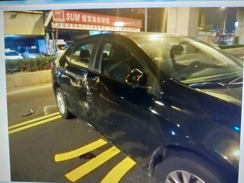 小轎車右側車身凹陷毀損,所幸駕駛未受傷。備註:照片來源為三峽分局。(記者曾健銘翻攝)