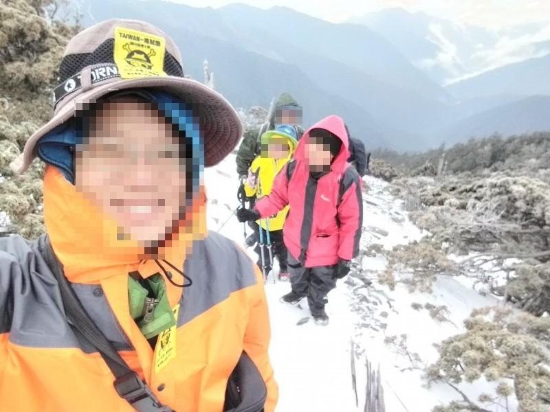 台中王姓領隊帶4人走馬博橫斷,14日一早爬秀姑巒山時隊員有穿冰爪,路徑積雪。(王姓領隊提供)