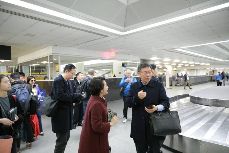 台北市長柯文哲率團訪美抵達紐約,外交部派出駐紐約辦事處處長徐儷文(圖中穿著紅色外套者)接機。(圖由台北市政府提供)