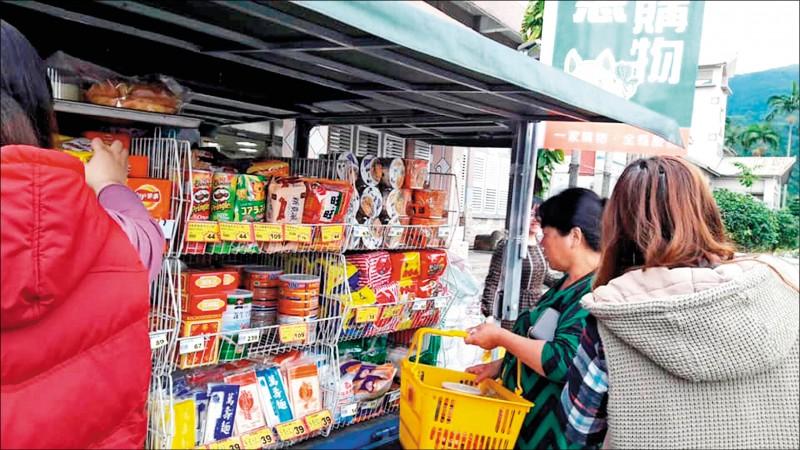 宜蘭在地生鮮超市派行動購物車開進偏鄉。(記者江志雄翻攝)