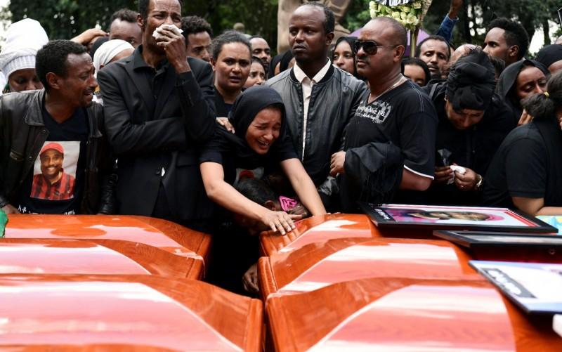 衣國首都阿迪斯阿貝巴週日舉行大規模追悼儀式,罹難者家屬在空棺旁痛哭。(路透)