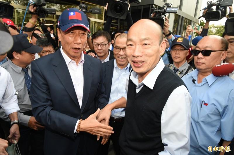 鴻海集團總裁郭台銘(前排左)首度現身高雄軟科,並在數據中心大門口迎接高雄市長韓國瑜(前排右)。(記者張忠義攝)