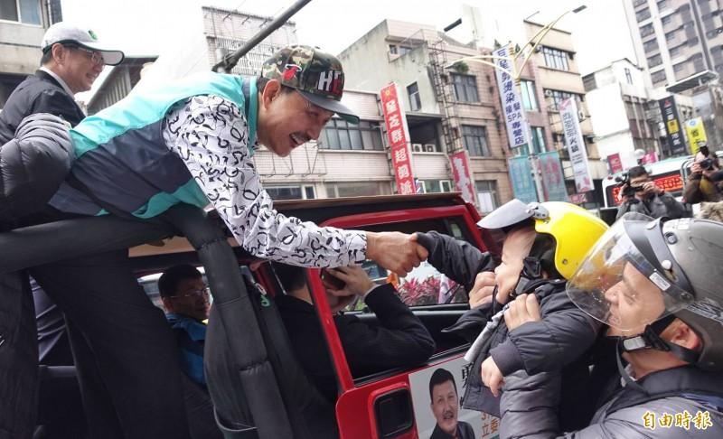 卓榮泰早上至新北市三重區,陪同余天展開車隊謝票。(記者劉信德攝)