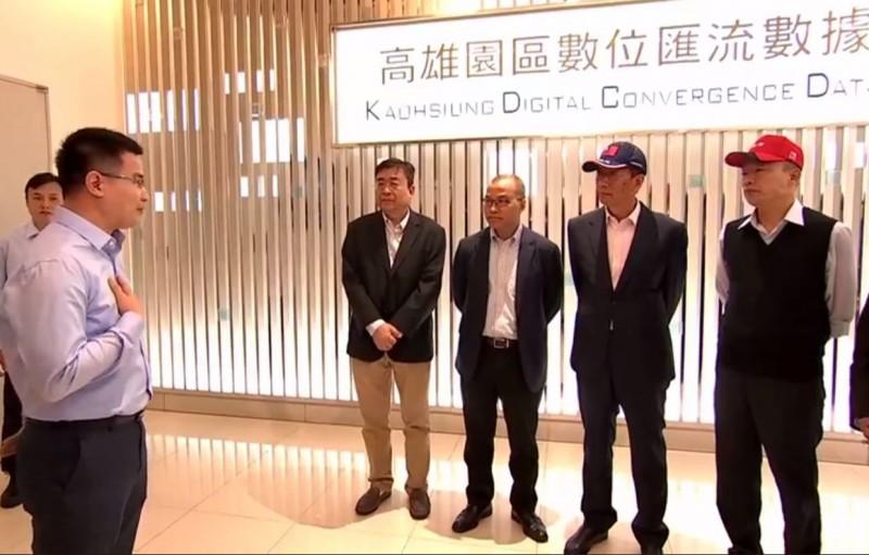 高雄市長韓國瑜(右)今天造訪高雄軟體園區「鴻海全球大數據中心」,並與鴻海科技集團總裁郭台銘(右二)簽署合作備忘錄,宣布共同打造「AI高雄,智慧工農」計畫。(擷取自郭台銘臉書直播畫面)