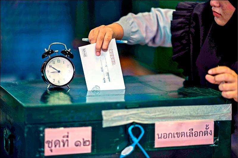 泰國3月24日國會大選前,曼谷17日舉辦提前投票。(法新社)