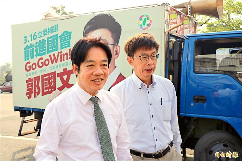 前行政院長賴清德(左)昨陪同立委當選人郭國文謝票時,面對媒體追問下一步,他說,下一步就是好好謝票。(記者萬于甄攝)