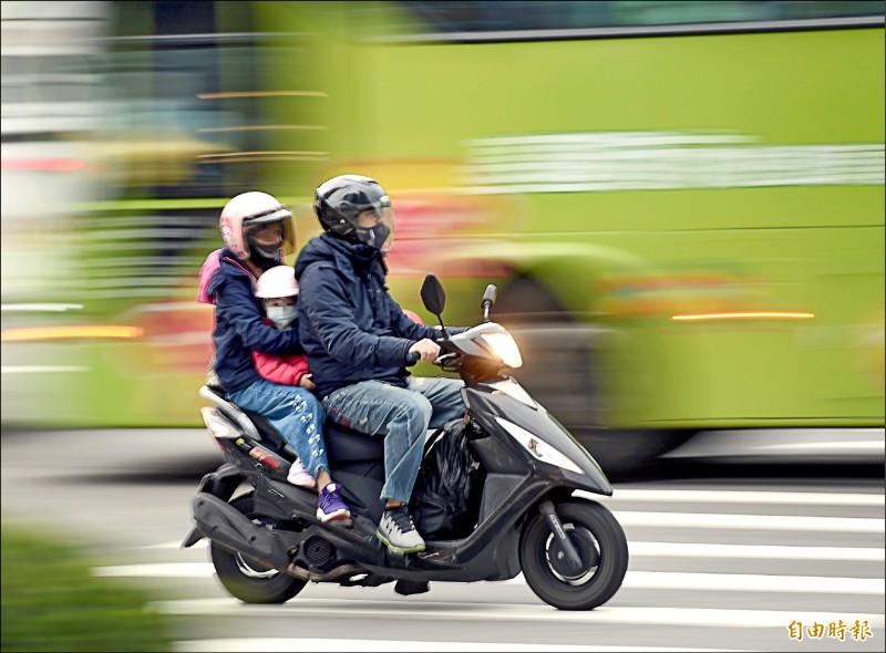 機車肇事率居高不下,為加強安全教育,公路總局將推動駕訓補助措施,機車考照前先上三天駕訓班,考到駕照後即補助一千元,最快四月十六日起實施。(記者方賓照攝)
