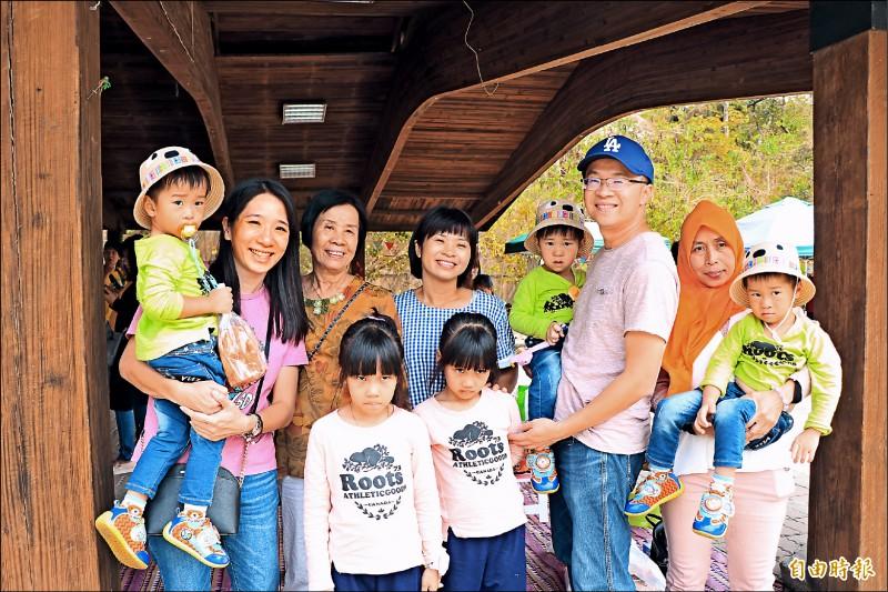 來自高雄的王姓夫妻在試管嬰兒治療中,接連生下雙胞胎及三胞胎,家庭成員眾多。(記者萬于甄攝)