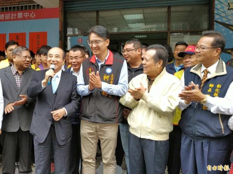 王金平(左2)祝賀柯呈枋(左3)當選彰化立委補選新科立委,並以總統參選人之姿尋求眾人支持。(記者湯世名攝)