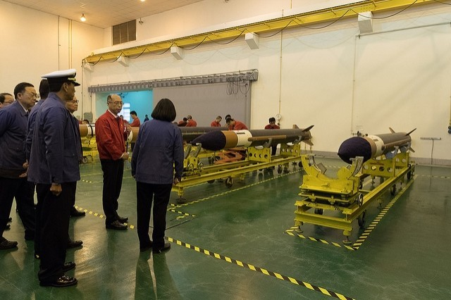 蔡英文總統指示加速弓三飛彈的量產進度,圖為蔡總統視導天弓三型飛彈的生產線。(圖擷取自總統府網站)