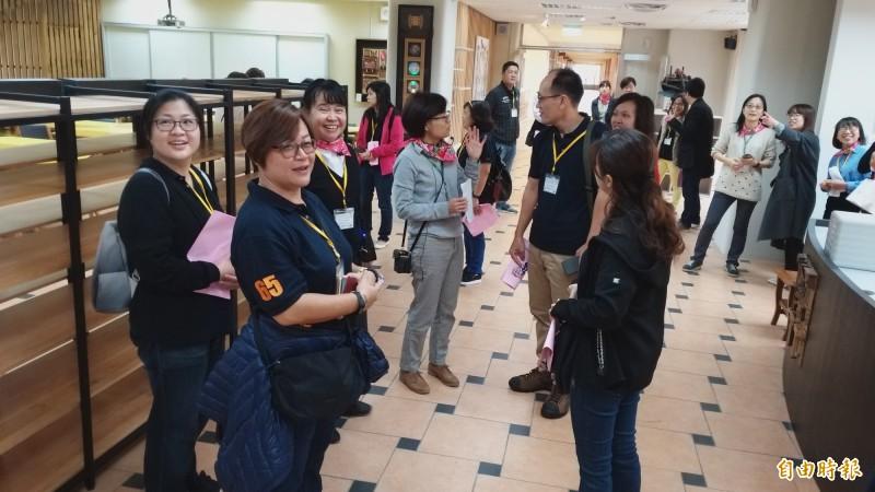 來自新加坡的崇文中學教學團隊,今早與清大教授團參訪清華STEAM前導學校-新豐國中。(記者廖雪茹攝)