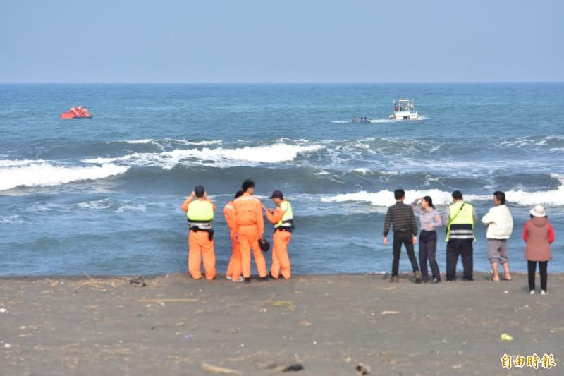 宜蘭外海今傳1艘竹筏翻覆,海巡人員及警消救援中。(記者張議晨攝)