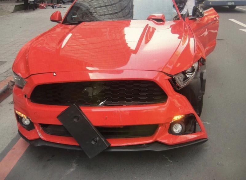 因闖紅燈造成野馬左車頭損毀。(記者徐聖倫翻攝)