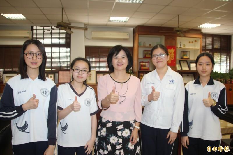 長相清秀甜美的王喻萱(左2)因為親身矯正牙齒的就醫經驗,對牙醫系產生興趣,經由繁星計畫錄取台大牙醫系。(記者張聰秋攝)