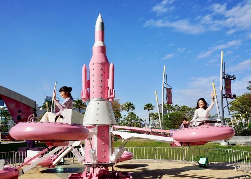 即日起至4月7日,高雄夢時代將被粉紅色的旋轉木馬、摩天輪、海盜船、小飛機及小火車等遊樂設施包圍。   (圖/夢時代提供)