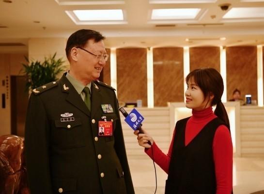 中國解放軍少將王衛星(左)撰文宣稱,兩岸軍隊都是中國軍人,所以在台的每位軍人、每座軍營都應支持「一國兩制」。相關言論被台灣網友嗆爆。(圖擷取自中國海峽之聲)