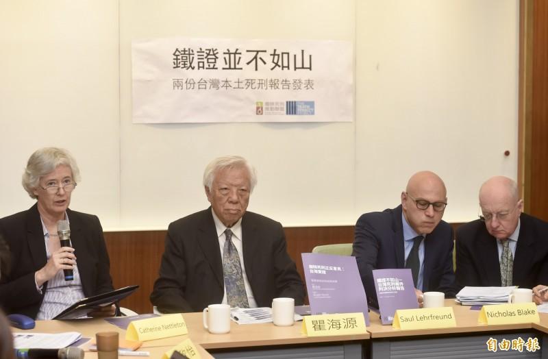 中央研究院社會研究所名譽教授、廢死聯盟召集人瞿海源(左二)18日公布兩份台灣本土死刑報告,英國在台辦事處代表唐凱琳(左一)、英國「死刑專案」執行長雷紹爾(右二)等出席。(記者簡榮豐攝)