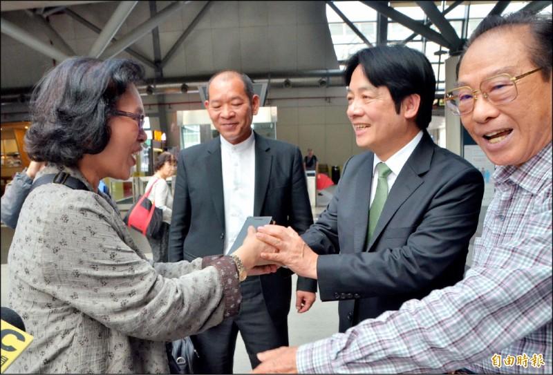賴清德出站時,支持者趨前握手,為他加油。(記者吳俊鋒攝)