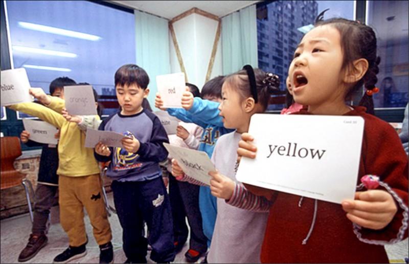 南韓國會近日通過修正案,解除對國小一年級及二年級生的英文教學禁令。 (翻攝自韓聯社)