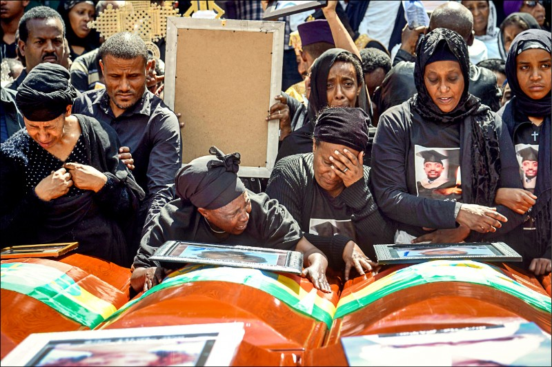 衣索比亞航空公司一架波音737 MAX8十日發生空難,奪走一五七人性命;罹難者家屬十七日在衣國首都阿迪斯阿貝巴舉行的集體葬禮上哀悼亡者。(法新社)