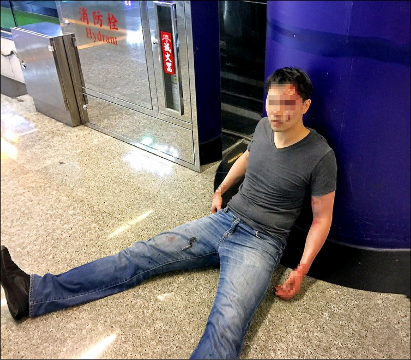萬姓中國裔美籍男子將妻子摔下樓後,自己也跳下樓,再恍惚的走到電梯旁坐下。(民眾提供)