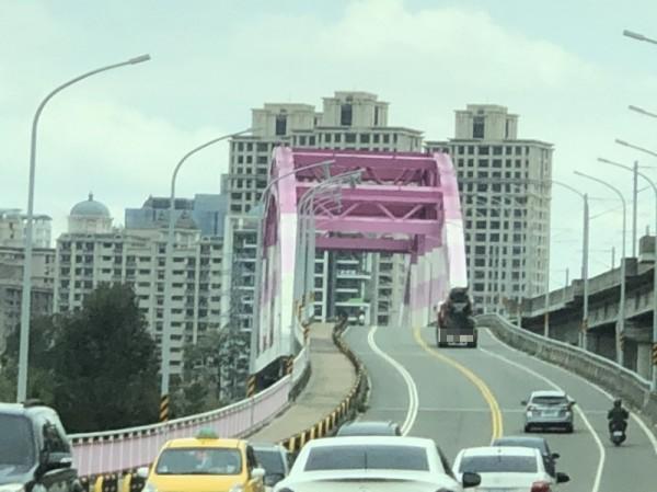 竹北興隆大橋頻見大貨車違規行駛 騎士怕怕