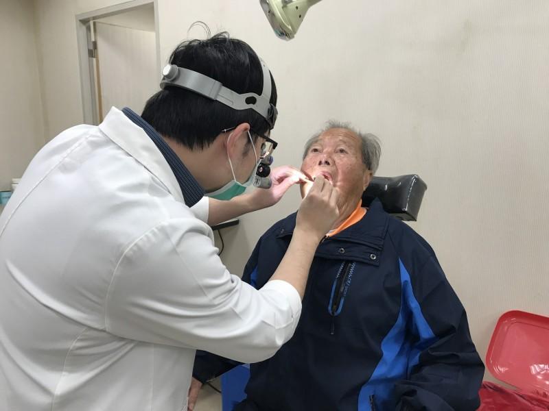 里長喉嚨痛 就醫查出直徑1.5公分扁桃腺結石