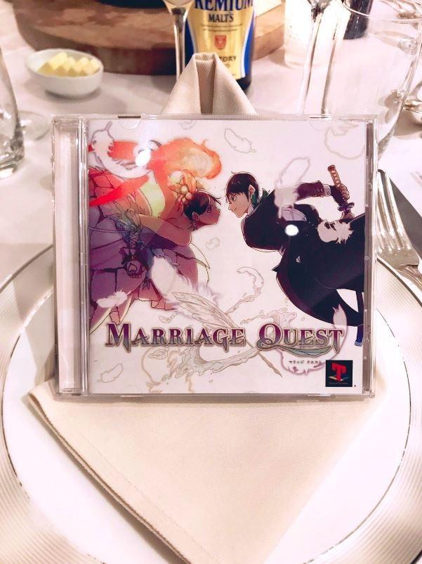 日本1對情侶平常熱衷動漫電玩文化,日前舉行婚禮宴客時,發揮創意設計1款名為「婚禮任務」(Marriage Quest)的遊戲,將70名賓客全部納入遊戲的角色。(圖翻攝自推特 山口つばさ▶︎ブルーピリオド④発売中)