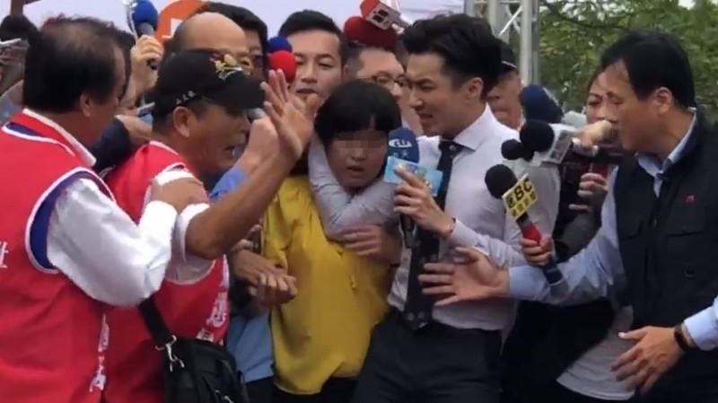 高雄市長韓國瑜爆紅之後,中天派出主播貼身採訪,導致各家電視台掀起卡位戰,終於引爆了肢體碰撞衝突事件。(圖擷取自東森勞工俱樂部)