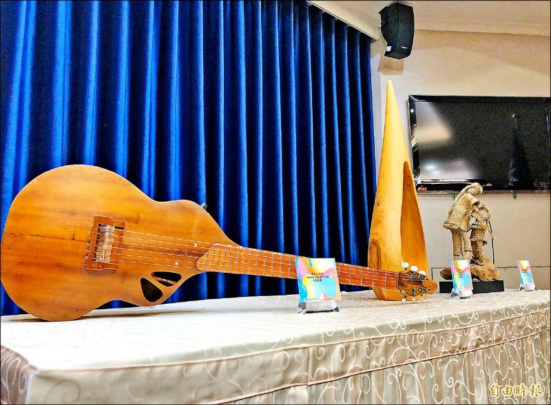 蔡總統「海洋民主之旅」訪問團預計明日下午出發,由原住民工藝家製作的「漂流木吉他」等作品,將作為贈禮。(記者蘇永耀攝)