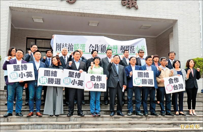 民進黨立委昨在立法院議場前召開記者會,力挺蔡英文總統競選連任,呼籲團結顧台灣,才能達到一加一大於二。(記者王藝菘攝)