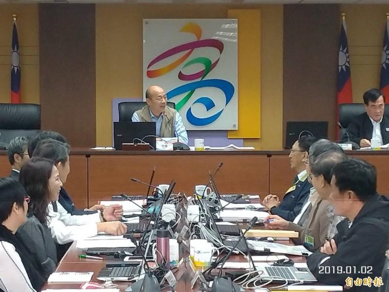 疑看不慣官員坐姿?韓國瑜市政會議飆罵「什麼態度」