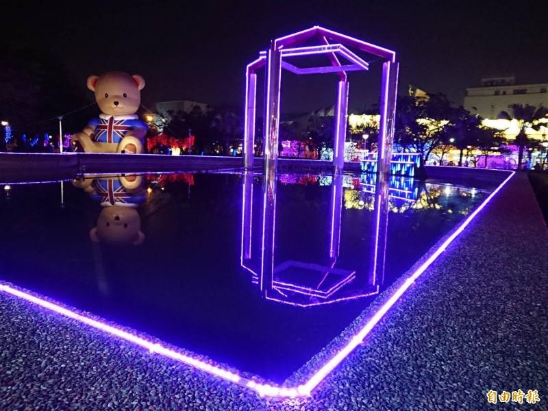 台南議會燈會小而美,璀璨燈光池中倒影,成為網美拍照打卡新景點。(記者洪瑞琴攝)