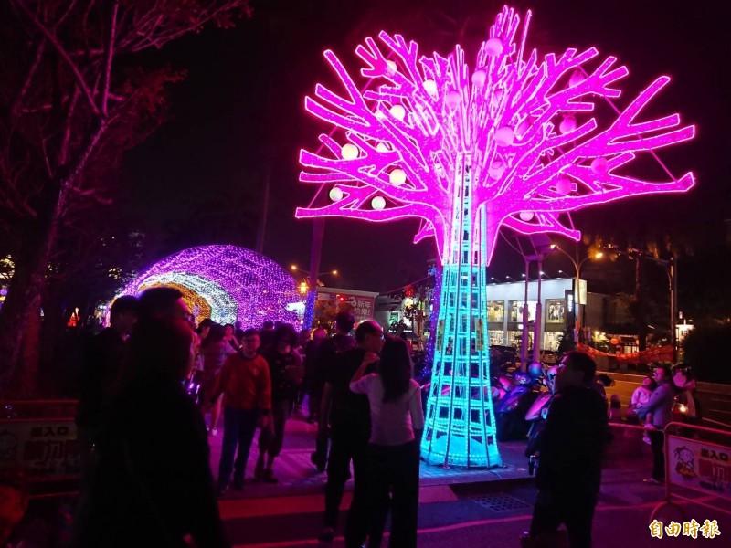 台南議會燈會亮眼吸睛。(記者洪瑞琴攝)