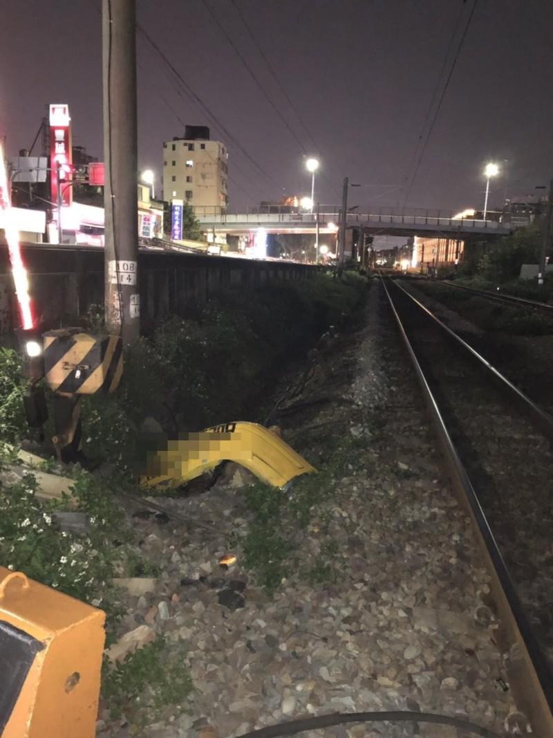 疑未遵守淨空規定 小黃後尾遭火車撞飛