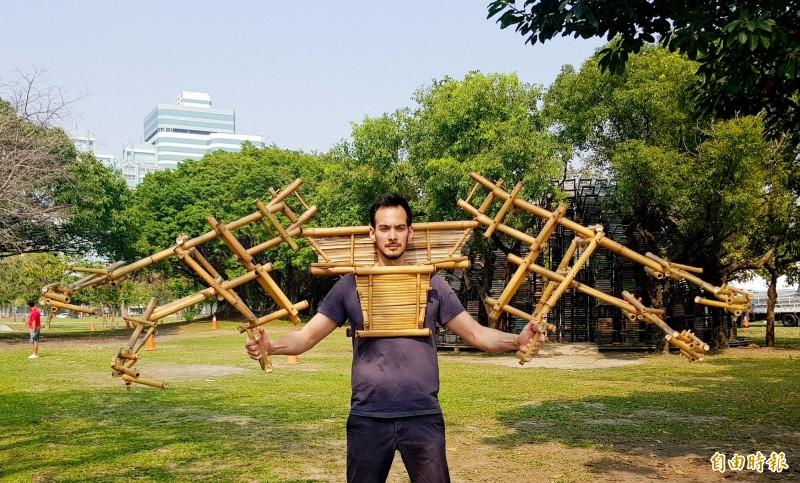 超酷!駁二法籍駐村藝術家 用竹子打造哪吒六臂鎧甲