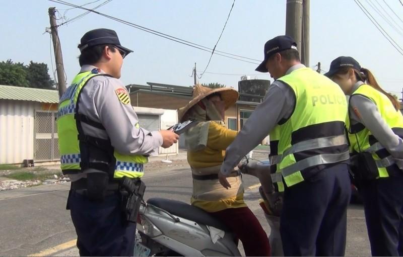 南市交警取締未戴安全帽的機車騎士。(記者王俊忠翻攝)
